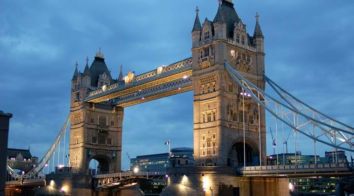 Le Tower bridge by night.