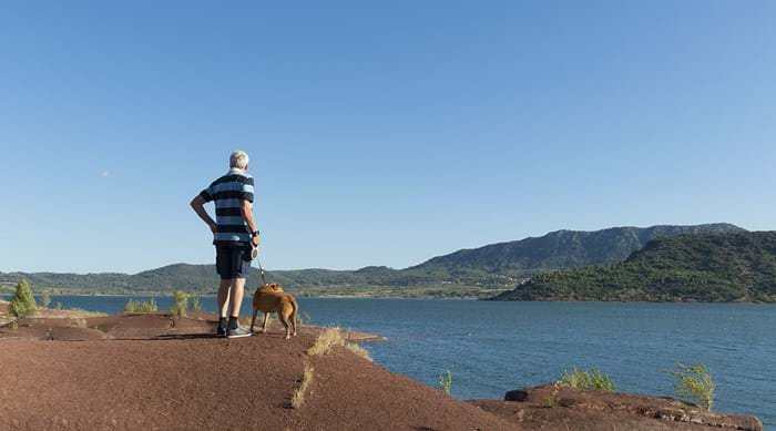 Let your dogs take a scenic walk around Lac du Salagou.