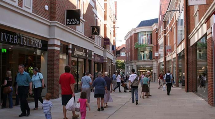 Wandelende mensen die shoppen bij Whitefriars Shopping Centre in Canterbury